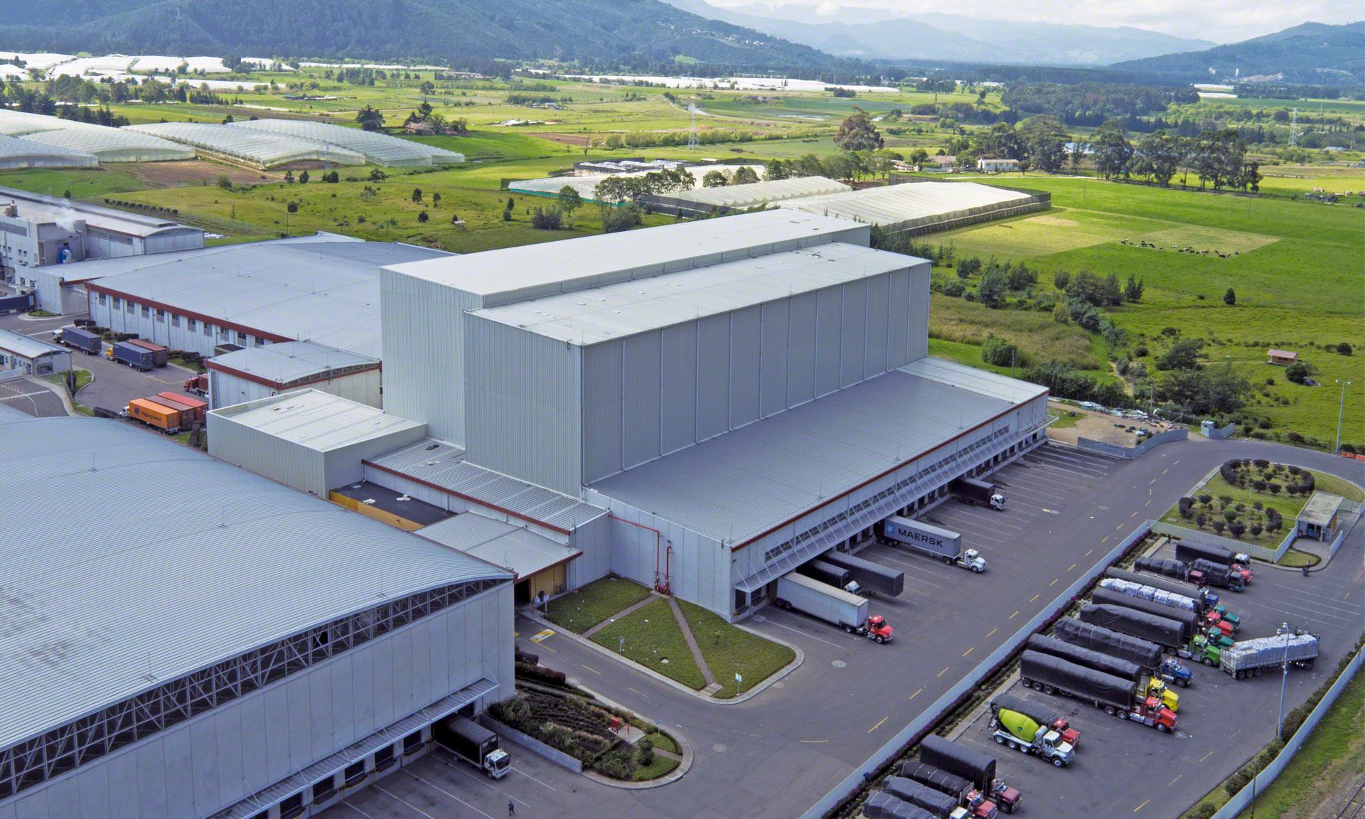 Grupo Familia cuenta con una bodega automática autoportante de 35 m de altura capaz de gestionar cerca de 17.000 estibass