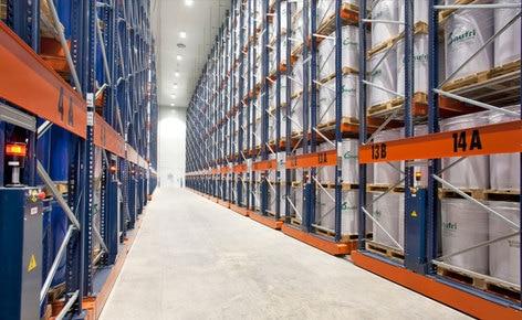 Cómo ubicar 11.000 pallets de dimensiones especiales en 4.400 m² con los racks móviles de Mecalux