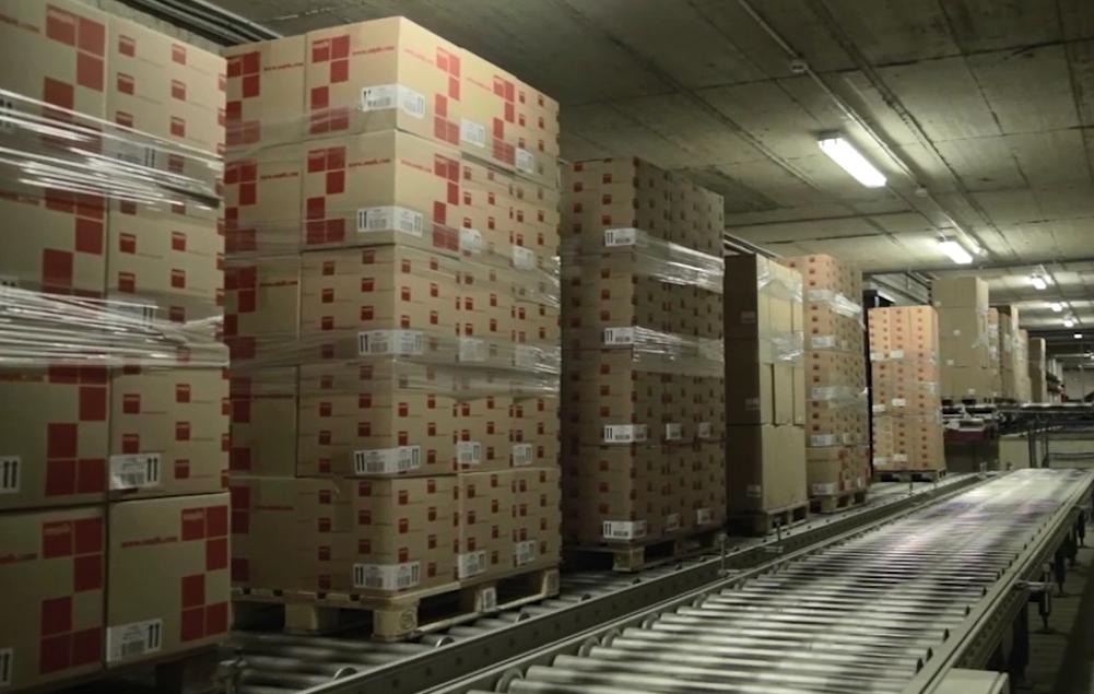 Flujo contínuo de mercancía sobre transportadores para pallets