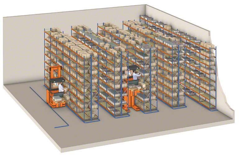 Grúas order picker operando en una bodega de racks selectivos.