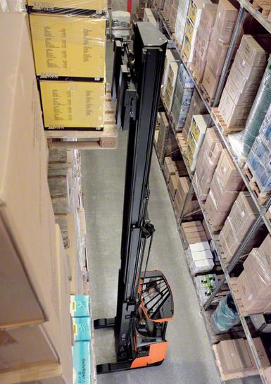Las grúas retráctiles son las más usadas para trabajar dentro de las bodegas.