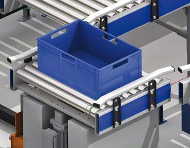 Las cajas se deslizan por los transportadores de rodillos.