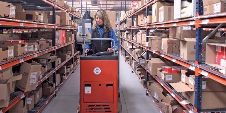 Operaria realizando tareas de picking subida en una máquina preparadora de pedidos
