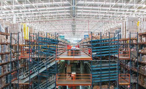 Mecalux ha suministrado e instalado una bodega cuyo núcleo central son dos torres de picking de tres plantas donde preparar los pedidos