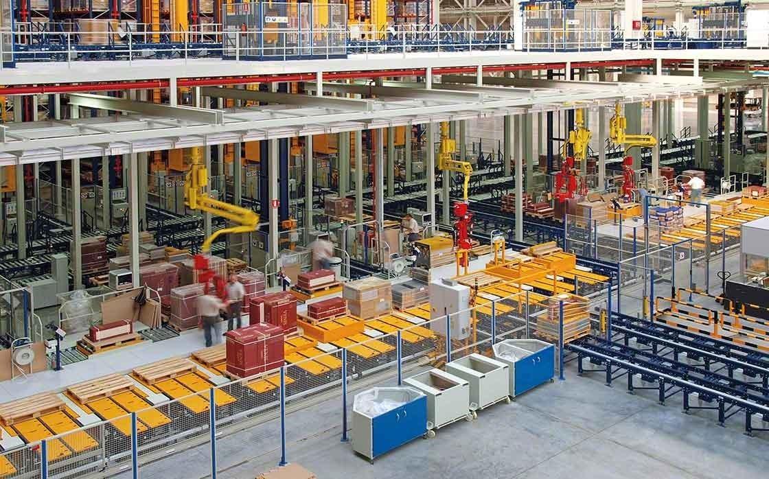 Zona de picking manual de la bodega del Porcelanosa Grupo, donde prima la seguridad y la ergonomía de los trabajadores.