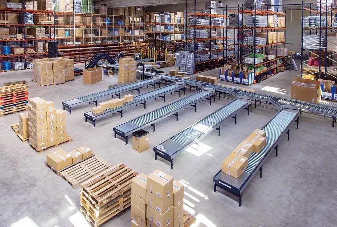 Los circuitos de transportadores reducen los desplazamientos en bodegas de e-commerce