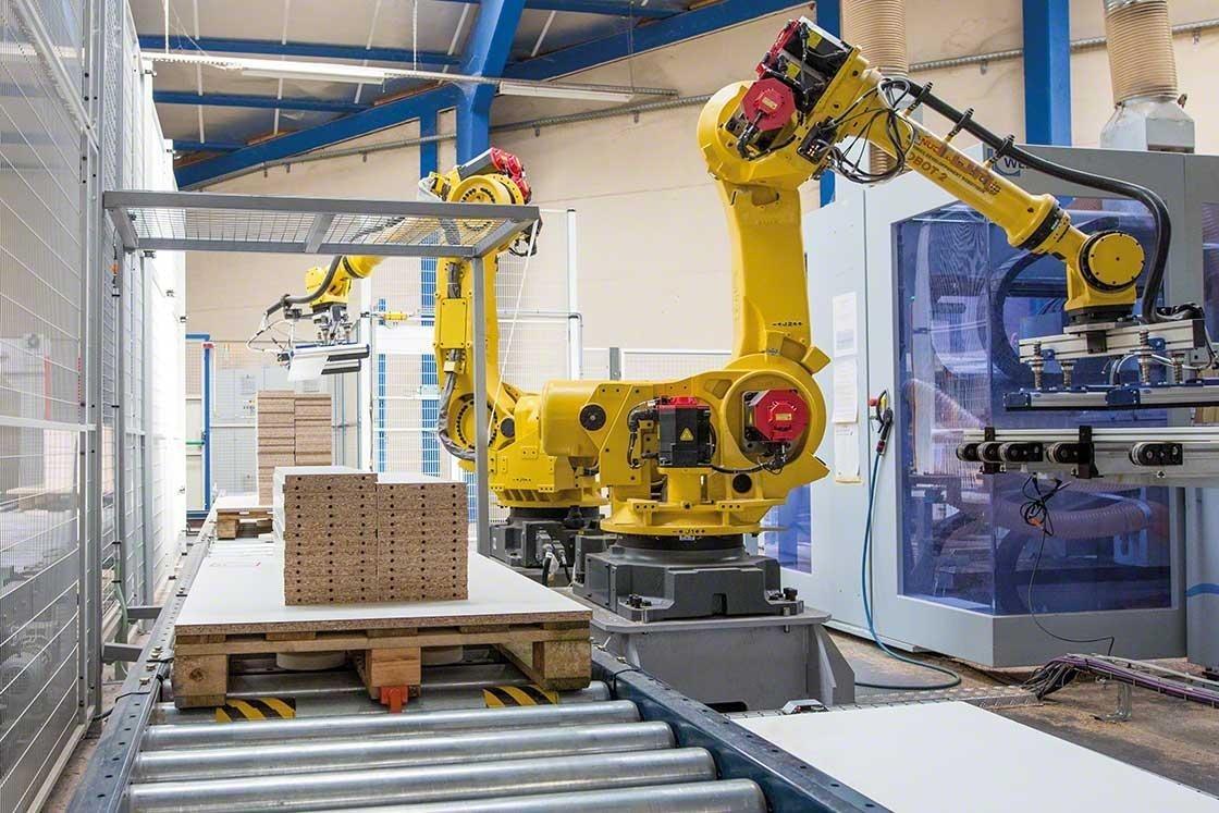 Los brazos mecanizados realizan la paletización en una bodega robótica