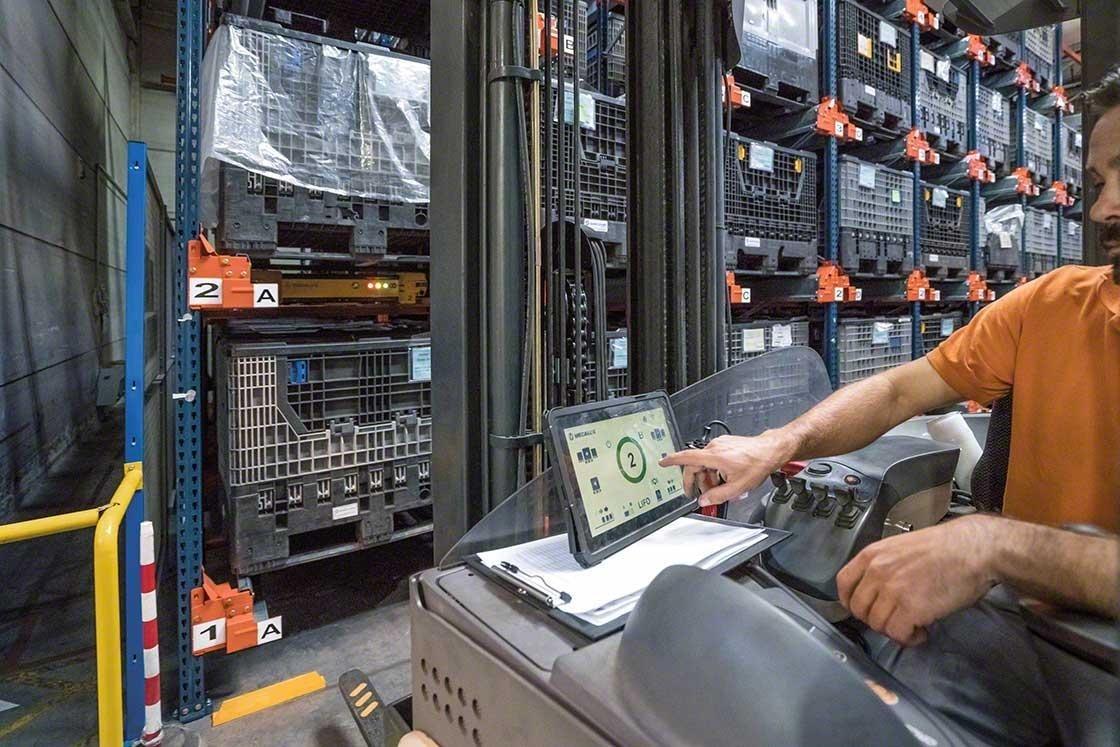 Un operario maneja el Pallet Shuttle desde la grúa con un tablet digital