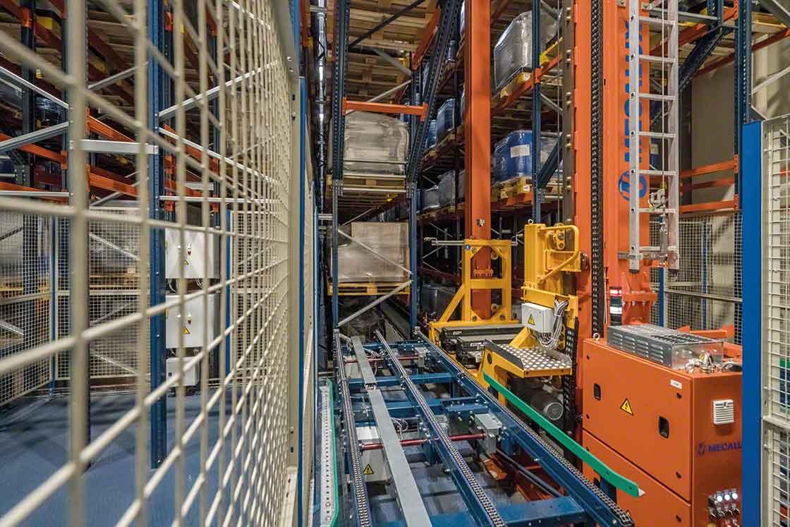 Los transelevadores extraen las cargas de las estanterías y las transportan automatizando el picking