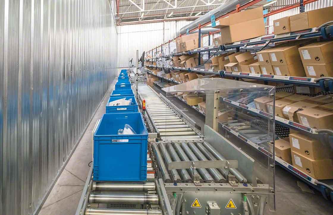 La zona de picking, situada frente a las estanterías, está dotada de transportadores para cajas que facilitan el movimiento de cargas