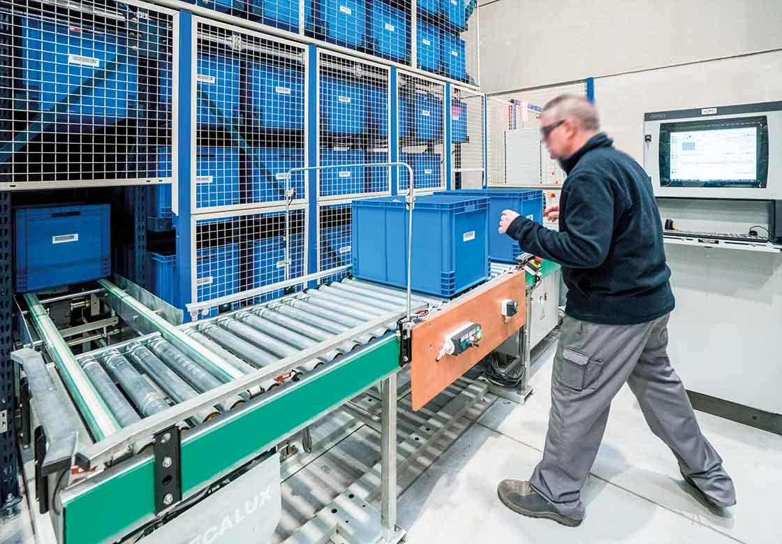 Las bodegas automáticas para cajas tienen la zona de picking ubicada en la cabecera del miniload